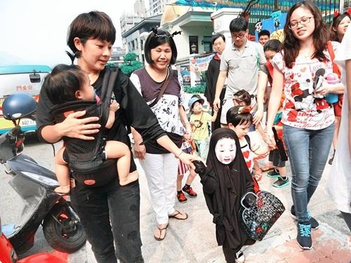 Dân mạng thế giới truy lùng cô nhóc nổi nhất mùa Halloween - 5