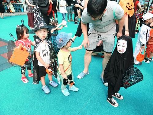 Dân mạng thế giới truy lùng cô nhóc nổi nhất mùa Halloween - 6