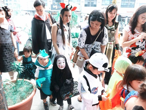 Dân mạng thế giới truy lùng cô nhóc nổi nhất mùa Halloween - 7