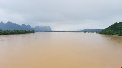 Lũ trên sông Gianh đang nhấn chìm hàng ngàn ngôi nhà - 1