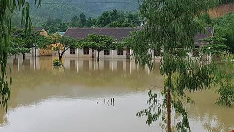 Lũ trên sông Gianh đang nhấn chìm hàng ngàn ngôi nhà - 2