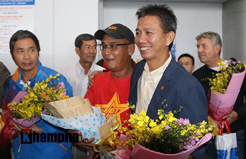 Fan nữ xinh theo chân U19 Việt Nam về khách sạn - 1
