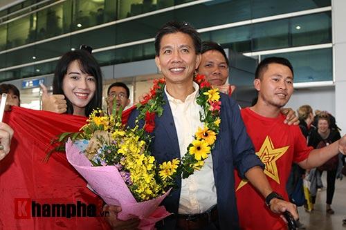 Fan nữ xinh theo chân U19 Việt Nam về khách sạn - 2