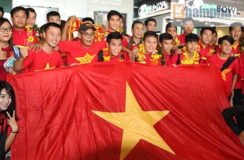 Fan nữ xinh theo chân U19 Việt Nam về khách sạn - 3