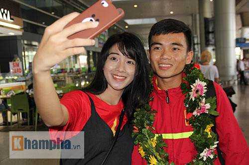 Fan nữ xinh theo chân U19 Việt Nam về khách sạn - 4