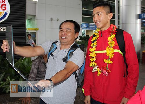 Fan nữ xinh theo chân U19 Việt Nam về khách sạn - 5