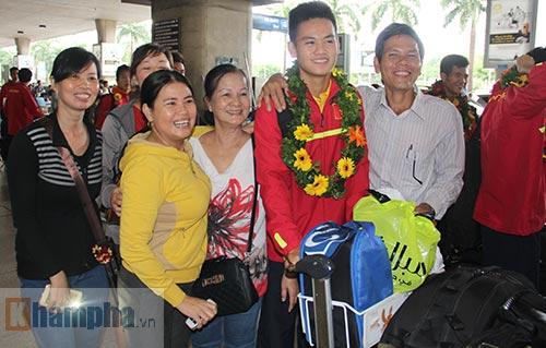 Fan nữ xinh theo chân U19 Việt Nam về khách sạn - 6