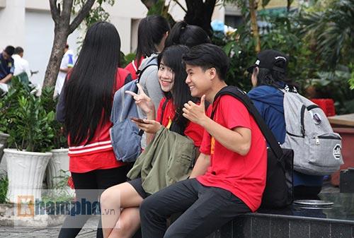 Fan nữ xinh theo chân U19 Việt Nam về khách sạn - 7