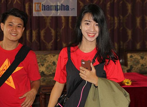 Fan nữ xinh theo chân U19 Việt Nam về khách sạn - 8