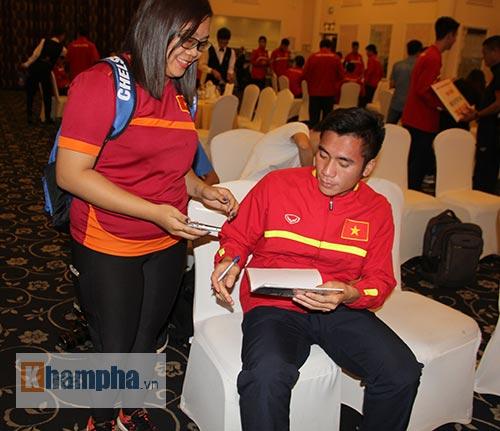 Fan nữ xinh theo chân U19 Việt Nam về khách sạn - 9