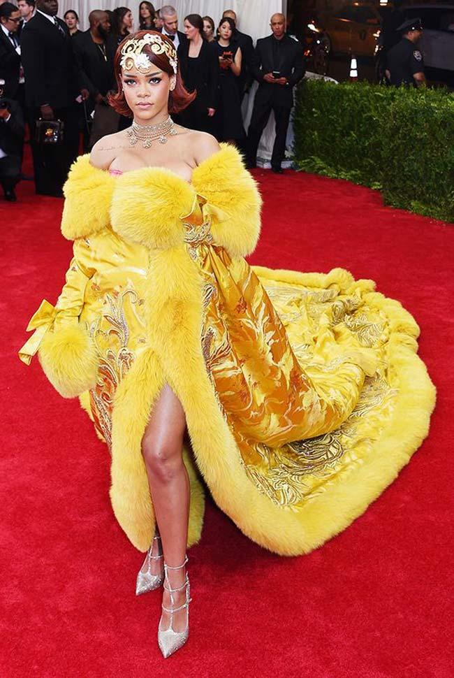 Rihanna gây chấn động giới truyền thông lúc bấy giờ tại sự kiện Met Gala năm 2015 với chiếc áo choàng thêu tinh tế & nbsp;dài tới 3m.