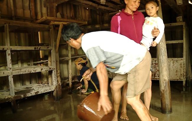 Quảng Bình: Lũ chồng lũ, làng mạc chìm trong biển nước - 3