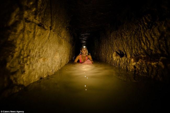 Xuống sâu 150m thám hiểm hầm mộ lớn nhất thế giới ở Pháp - 1