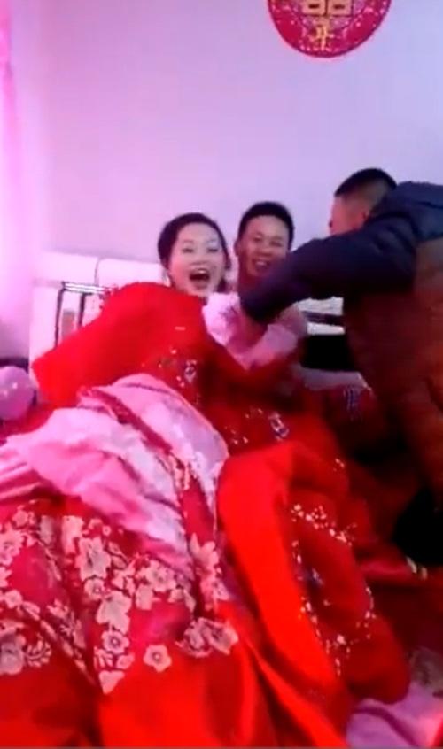 Choáng với khách nam đòi lột đồ cô dâu trong ngày cưới - 1
