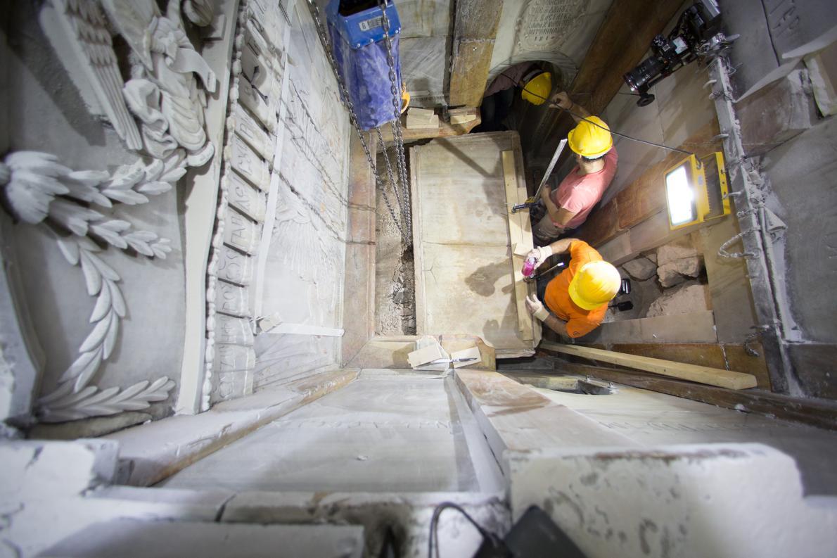 Phát hiện bất ngờ bên trong mộ Chúa Jesus - 2