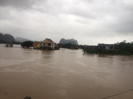 Quảng Bình: Hàng ngàn hộ dân chạy đua tránh lũ - 10