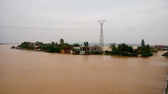 Quảng Bình: Hàng ngàn hộ dân chạy đua tránh lũ - 2