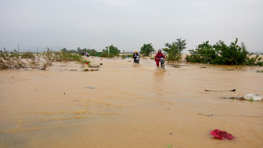 Quảng Bình: Hàng ngàn hộ dân chạy đua tránh lũ - 4