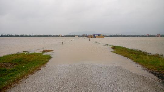 Quảng Bình: Hàng ngàn hộ dân chạy đua tránh lũ - 6