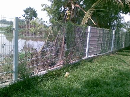 Bé trai tử vong vì vướng hàng rào chống trộm của cha - 1