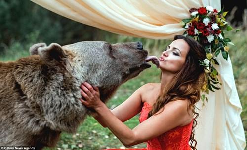 Cặp đôi Nga chụp ảnh cưới cùng gấu nâu khổng lồ - 10