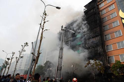 HN: Cháy dữ dội ở quán karaoke trên đường Trần Thái Tông - 5