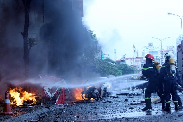 Cháy quán karaoke: Biển lửa thiêu rụi hàng loạt ô tô, xe máy - 6