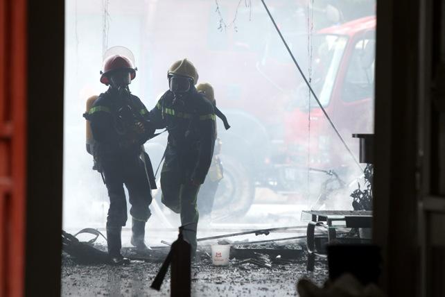 Cháy quán karaoke: Biển lửa thiêu rụi hàng loạt ô tô, xe máy - 7