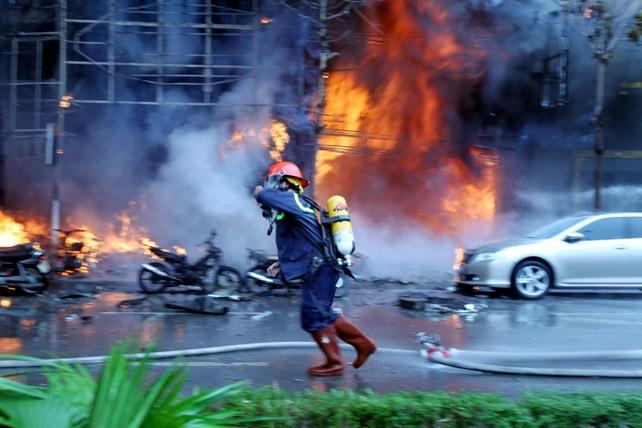 Cháy quán karaoke: Biển lửa thiêu rụi hàng loạt ô tô, xe máy - 3