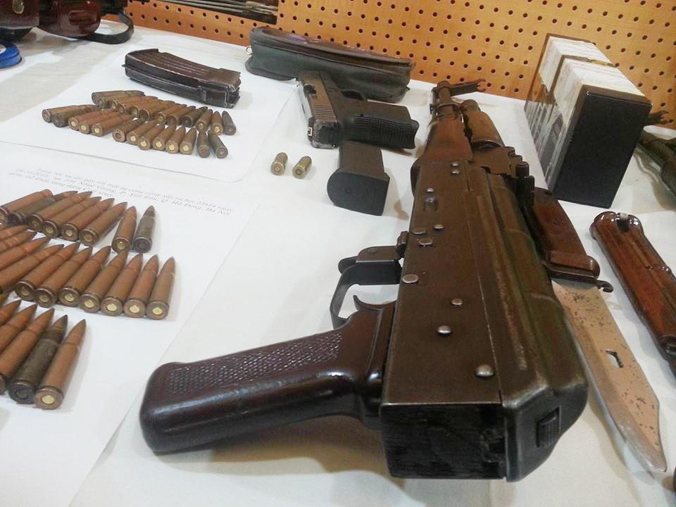 """Dàn vũ khí """"nóng"""" trong vụ bắn chết nhân viên nhà nghỉ ở Hà Nội - 6"""
