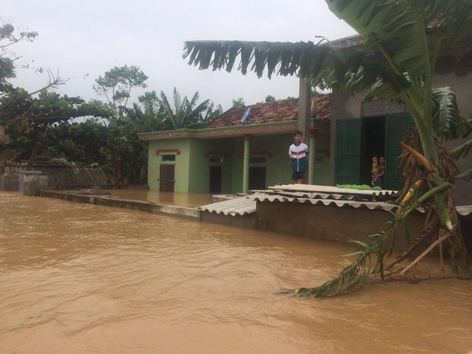 Quảng Bình: Lũ gây vỡ đê, dân ăn mì tôm sống qua ngày - 2