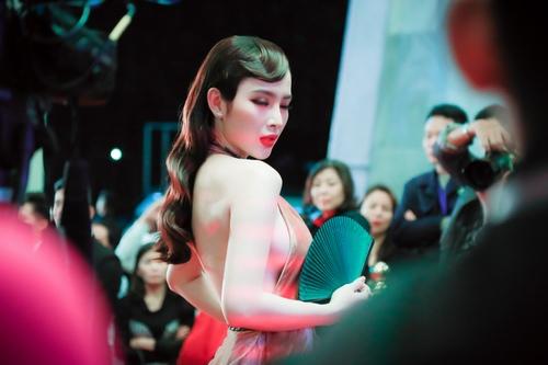 """""""Đứng hình"""" vì thấy Phương Trinh mặc bạo trong đêm Hà thành - 3"""