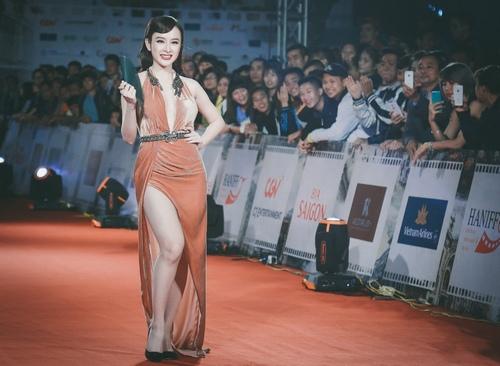 """""""Đứng hình"""" vì thấy Phương Trinh mặc bạo trong đêm Hà thành - 4"""