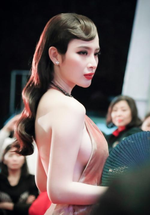 """""""Đứng hình"""" vì thấy Phương Trinh mặc bạo trong đêm Hà thành - 1"""
