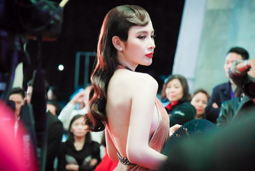 """""""Đứng hình"""" vì thấy Phương Trinh mặc bạo trong đêm Hà thành - 2"""
