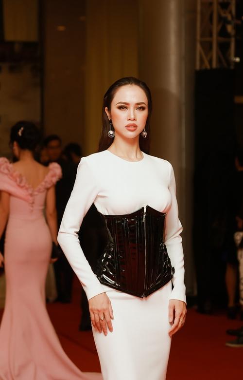 """""""Đứng hình"""" vì thấy Phương Trinh mặc bạo trong đêm Hà thành - 11"""
