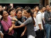 Tin tức trong ngày - Lửa dữ thiêu quán karaoke chưa tắt, người thân nạn nhân gào khóc đợi tin