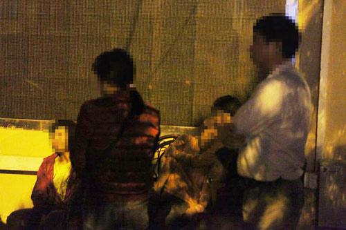 Vụ cháy 13 người chết: Thiếu phụ khóc ngất vào nhận mặt chồng - 2