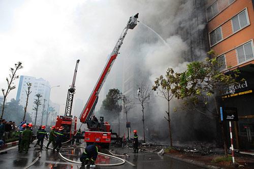 Ảnh: Toàn cảnh vụ cháy quán karaoke khiến 13 người thiệt mạng - 2