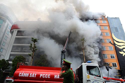 Ảnh: Toàn cảnh vụ cháy quán karaoke khiến 13 người thiệt mạng - 1