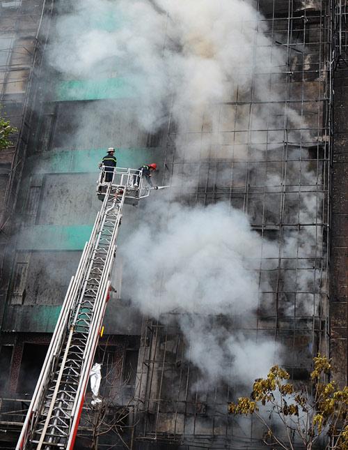 Ảnh: Toàn cảnh vụ cháy quán karaoke khiến 13 người thiệt mạng - 4