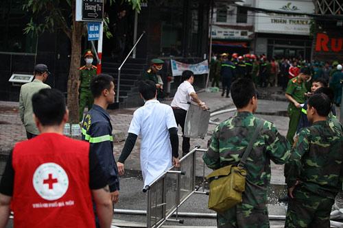 Ảnh: Toàn cảnh vụ cháy quán karaoke khiến 13 người thiệt mạng - 6