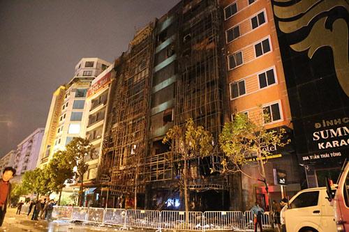 Ảnh: Toàn cảnh vụ cháy quán karaoke khiến 13 người thiệt mạng - 8