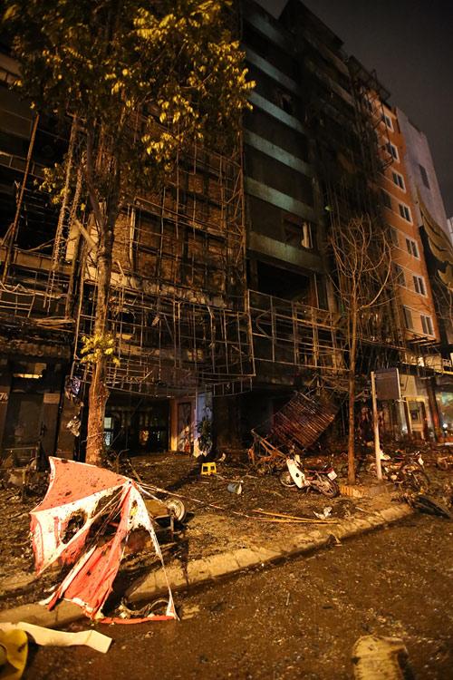 Ảnh: Toàn cảnh vụ cháy quán karaoke khiến 13 người thiệt mạng - 15