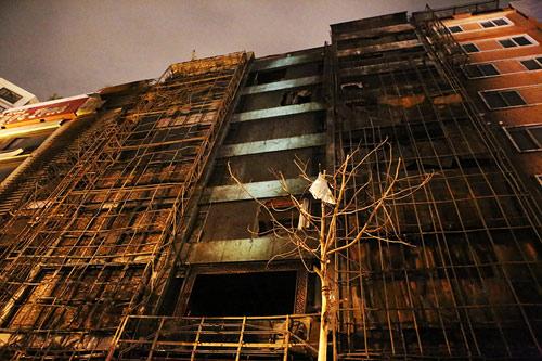 Ảnh: Toàn cảnh vụ cháy quán karaoke khiến 13 người thiệt mạng - 11
