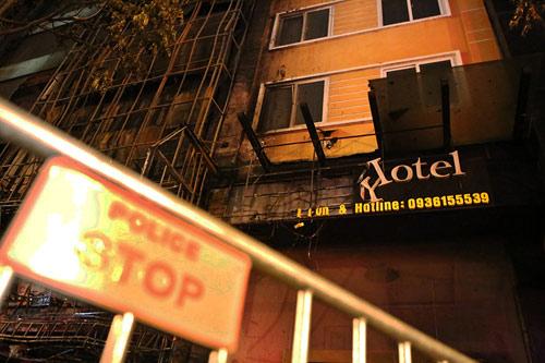Ảnh: Toàn cảnh vụ cháy quán karaoke khiến 13 người thiệt mạng - 12