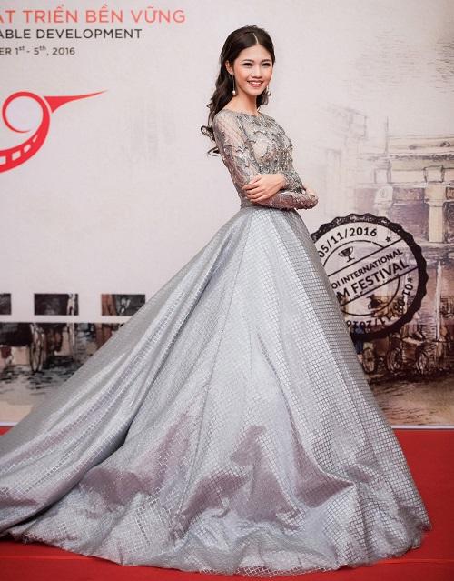 Hoa hậu Mỹ Linh khoe vòng một táo bạo trên thảm đỏ - 5