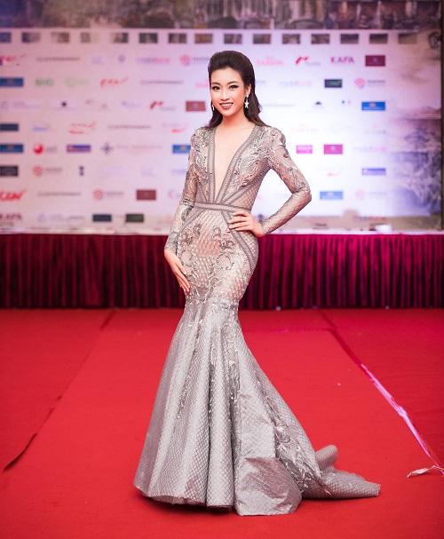 Hoa hậu Mỹ Linh khoe vòng một táo bạo trên thảm đỏ - 4