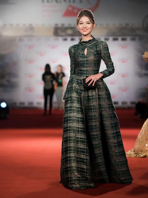 Hoa hậu Mỹ Linh khoe vòng một táo bạo trên thảm đỏ - 7