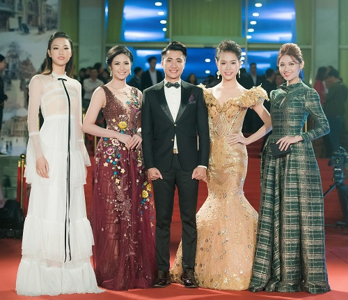 Hoa hậu Mỹ Linh khoe vòng một táo bạo trên thảm đỏ - 6